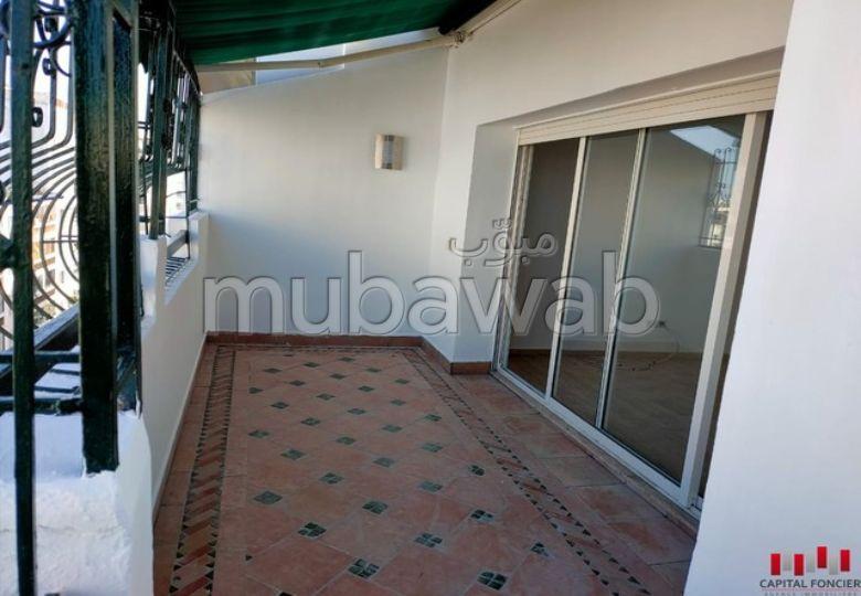 شقة رائعة للإيجار بالدارالبيضاء. 3 غرف جميلة. المرآب والشرفة.