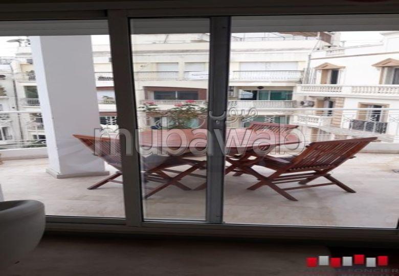 استئجار شقة بالدارالبيضاء. المساحة الإجمالية 300.0 م². موقف السيارات وشرفة.