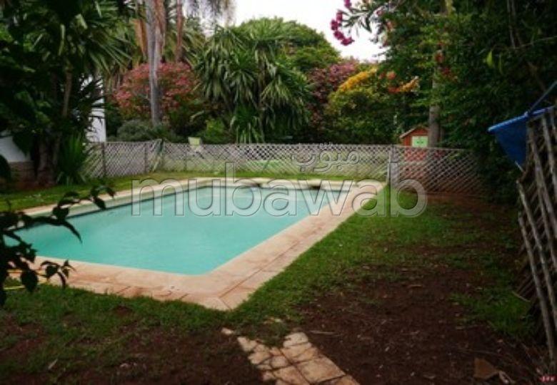 فيلا جميلة للكراء بالمحمدية. 3 غرف. الراحة الكاملة مع حمام سباحة ومدفأة.