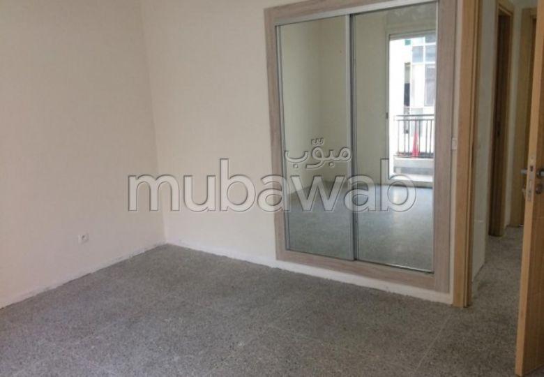 شقة جميلة للكراء بالدارالبيضاء. المساحة 108.0 م². أماكن وقوف السيارات وشرفة.