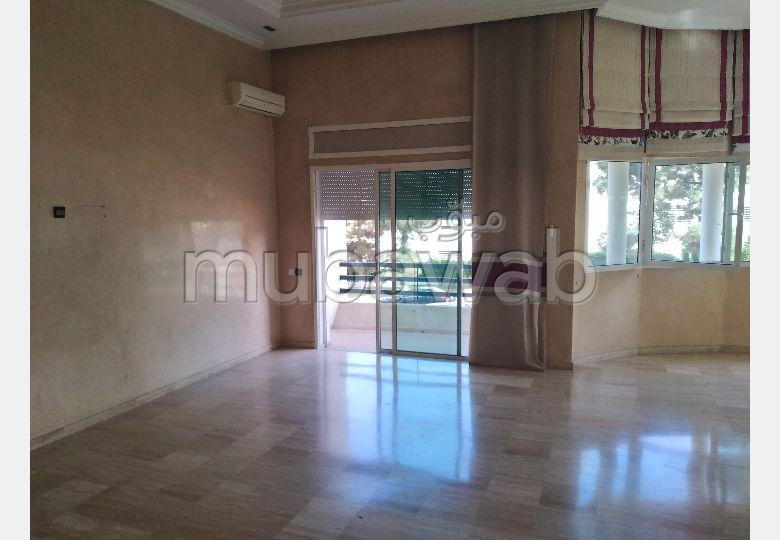 Très bel appartement en location à Rabat. Surface de 200.0 m². Parking et terrasse