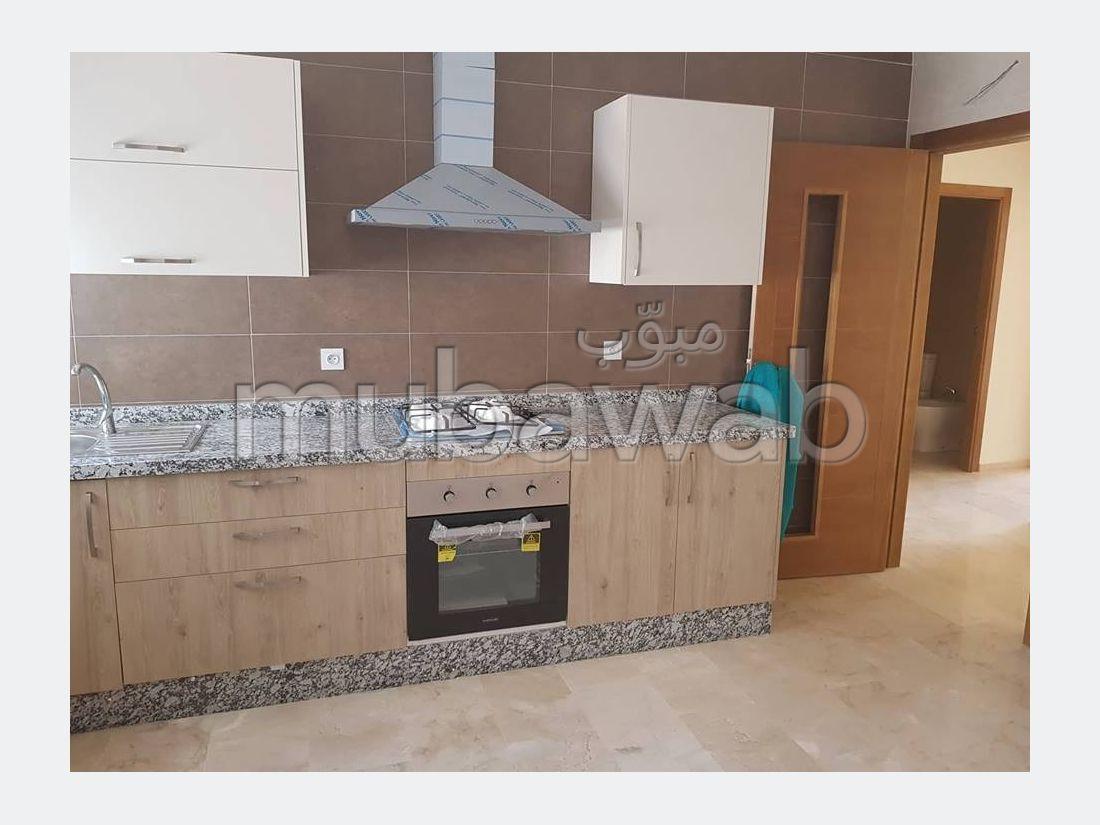 Piso en alquiler. Gran superficie 100 m². Conserje disponible, sistema de aire condicionado.