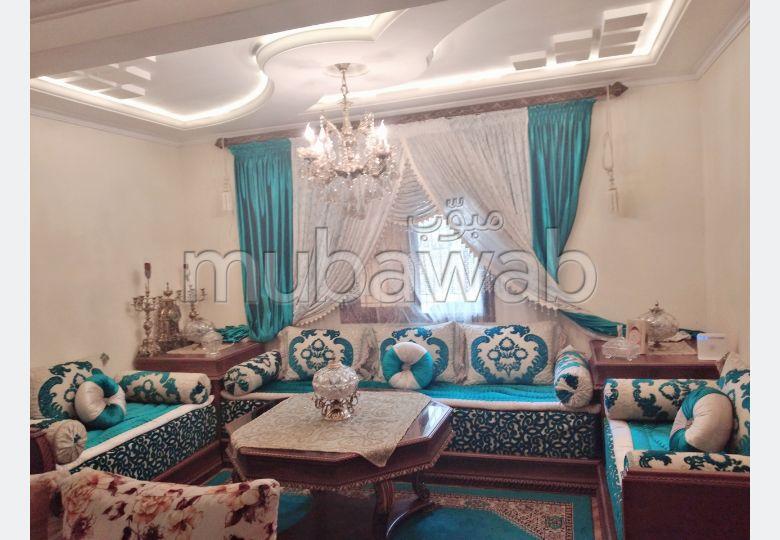 منزل جميل جدا للبيع بطنجة. 4 غرف جميلة. أماكن وقوف السيارات وشرفة.