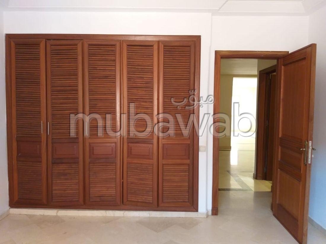 Bel appartement en location à Marrakech. 3 chambres. Salon traditionnel marocain, résidence sécurisée