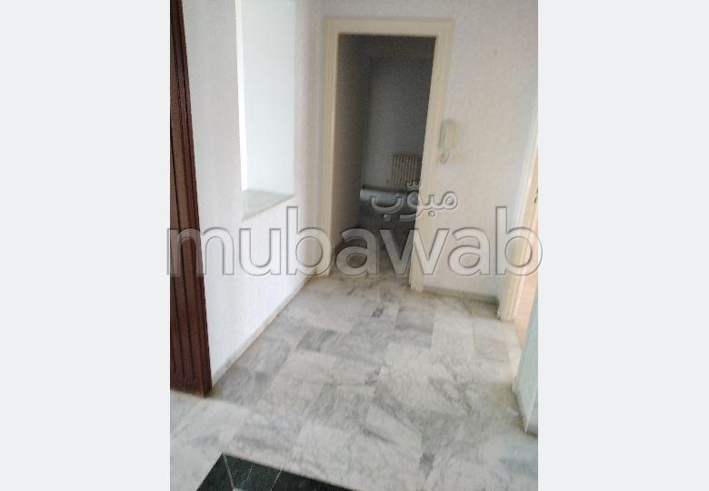 Bel appartement en location. Surface de 148.0 m². Résidence avec concierge, climatisation générale.