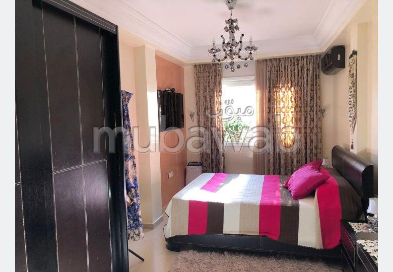 شقة جميلة للبيع بالقنيطرة. 5 قطع. المرآب والشرفة.