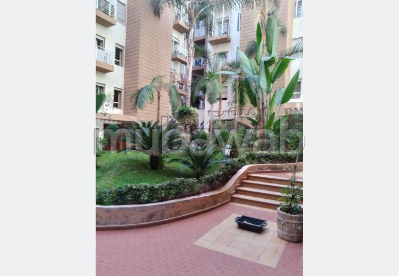 Très bel appartement en location à Casablanca. Surface totale 100.0 m². Jardin et ascenseur