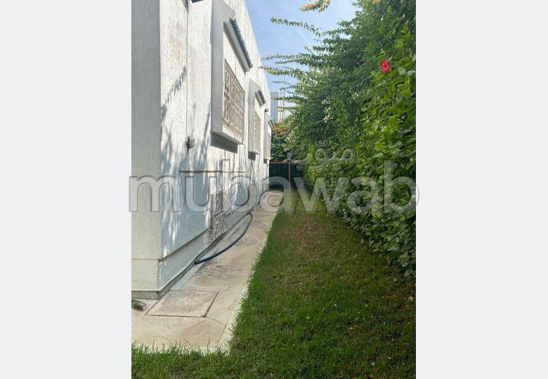 Magnífica villa en venta. Pequeña superficie 599 m². Plazas de parking y terraza.