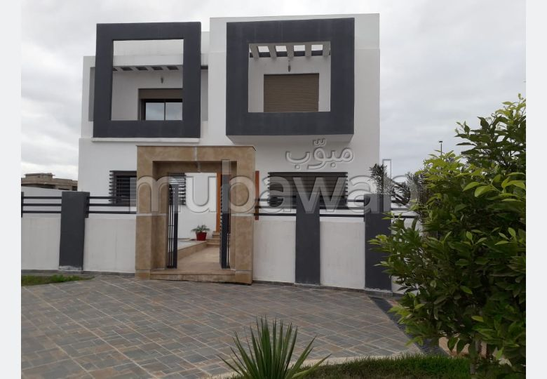 Splendid villa for sale. 5 Hall. Parking spaces and terrace.