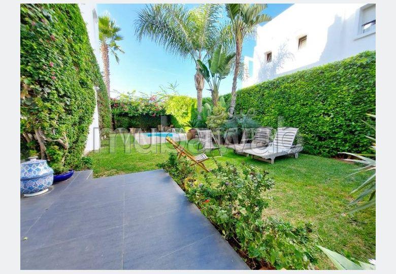 Magnífica casa en venta. Superficie 474.0 m². Plazas de parking y terraza.