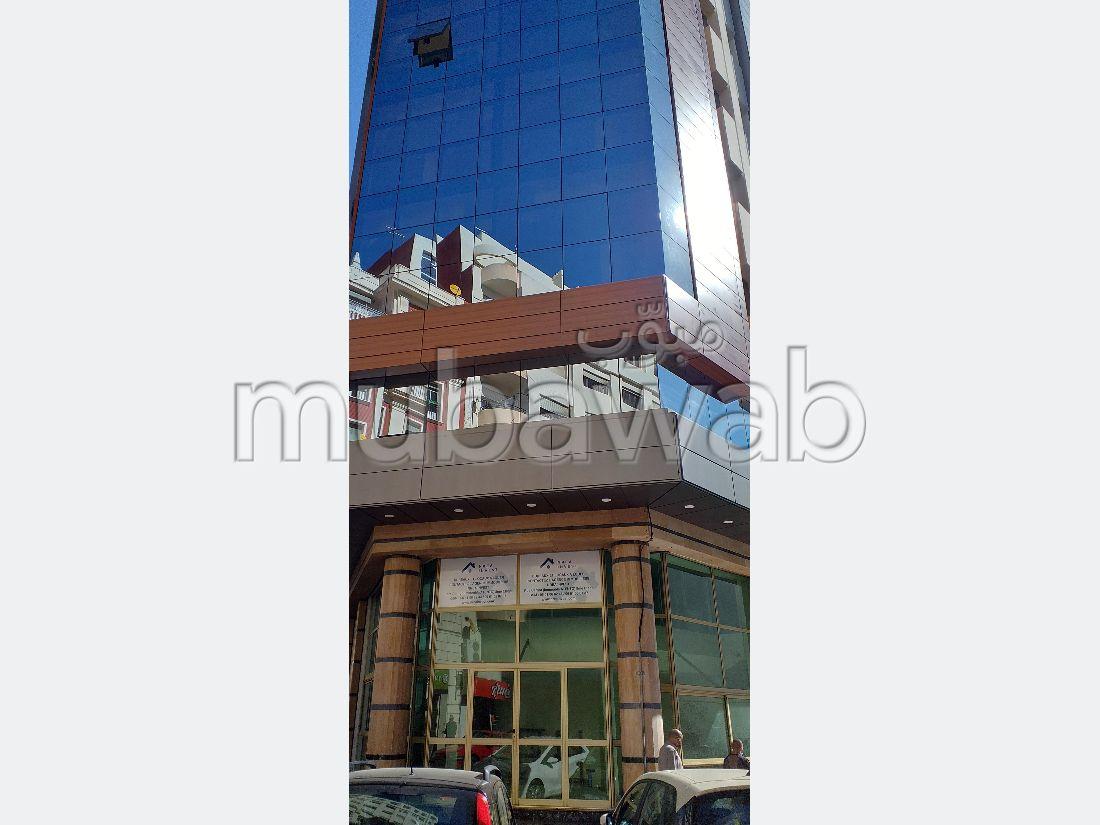 Oficinas en alquiler. Superficie 72 m². Ventanas con doble acristalamiento y puerta blindada.