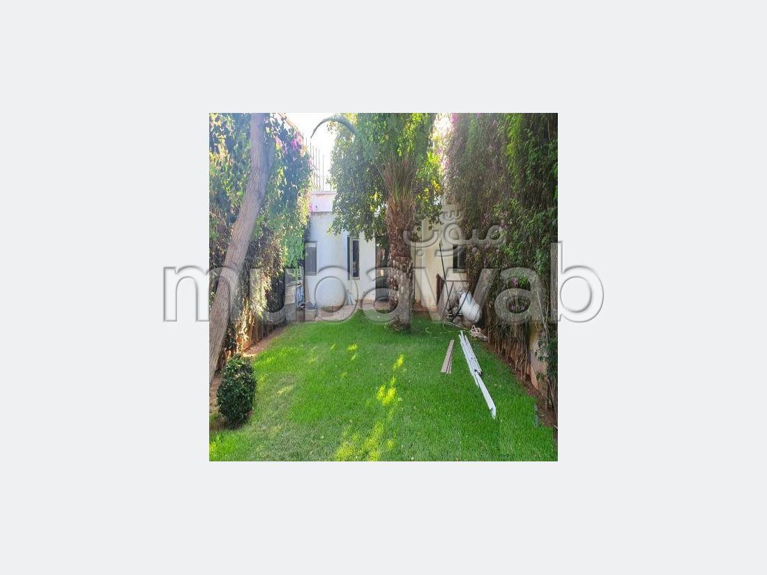 منزل ممتاز للبيع بالدارالبيضاء. المساحة الإجمالية 1122 م². موقف للسيارات وحديقة.