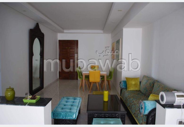 Encuentra un piso en alquiler. 2 Habitacion grande. Salón con decoración marroquí, sistema de parábola general.