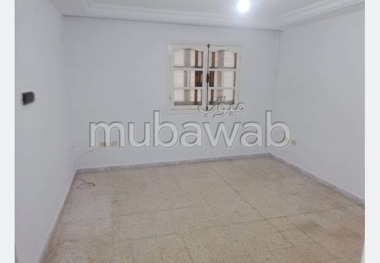 شقة جميلة للبيع. المساحة 170 م². المرآب والشرفة.