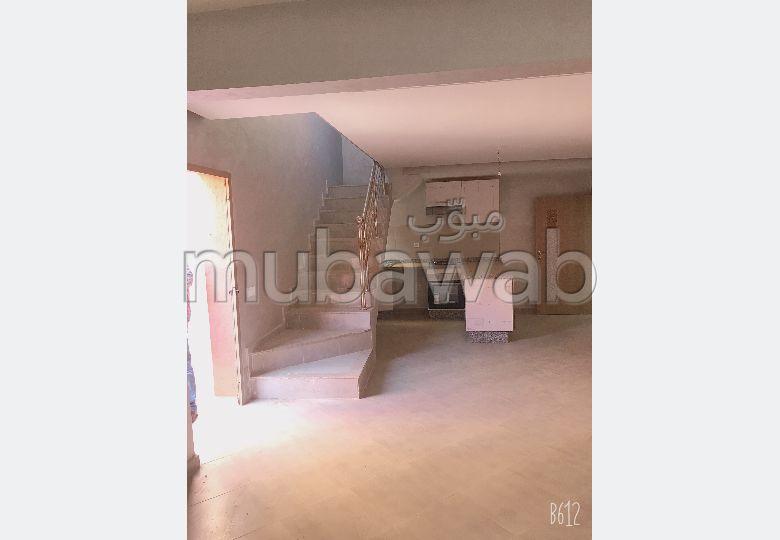 شقة للشراء بمراكش. 1 غرفة. صالة مغربية وصحن فضائي.