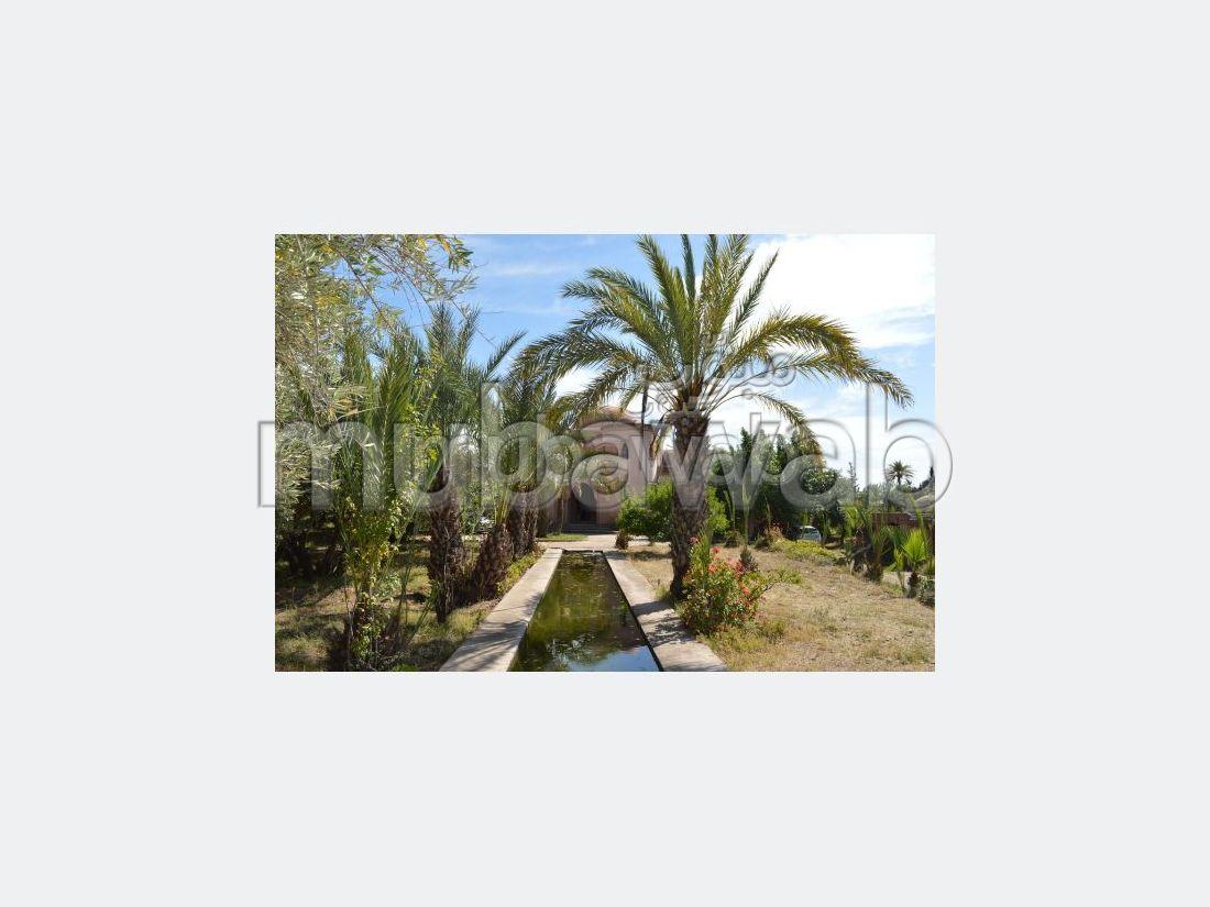 شقة جميلة للبيع بمراكش. المساحة الكلية 220.0 م². إقامة بالبواب ، ومكيف هوائي.