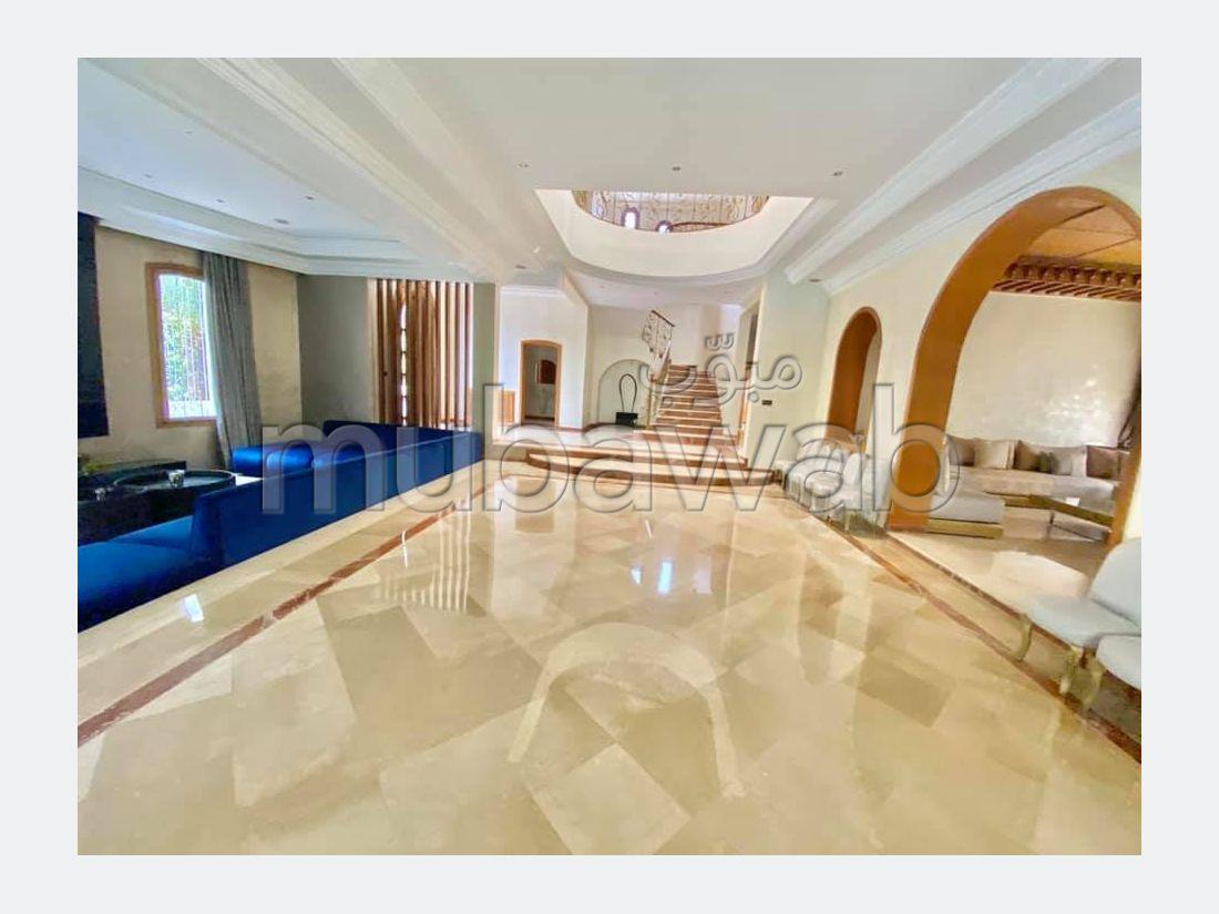 منزل فخم للبيع بالدارالبيضاء. 8 قطع رائعة. موقف السيارات وشرفة.