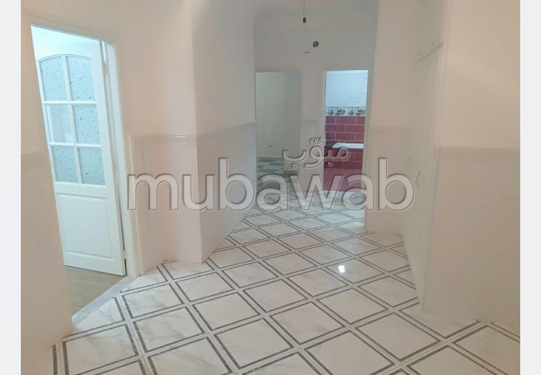 Location d'un appartement. Surface de 70 m². Porte blindée et résidence sécurisée