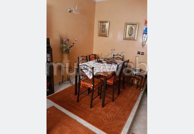 Bel appartement à vendre à Marrakech. 5 grandes pièces. Salon traditionnel et système d'antenne parabolique
