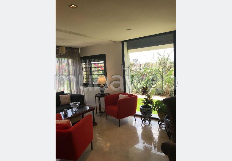 شقة جميلة للبيع ببوسكورة. المساحة 265.0 م². حديقة وشرفة.