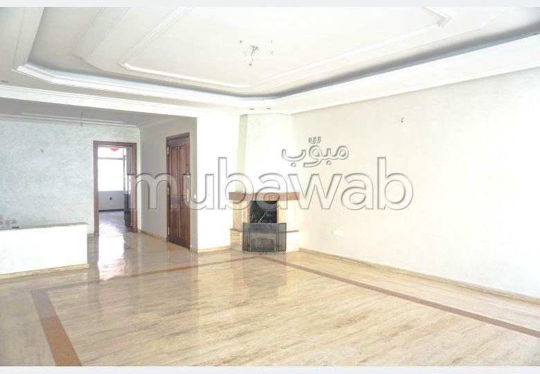 Bonito piso en venta. 4 Dormitorios. Servicio de chimenea y conserjería.