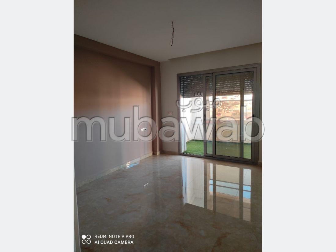 شقة جميلة للبيع بطنجة. 3 غرف. مع مصعد وشرفة.