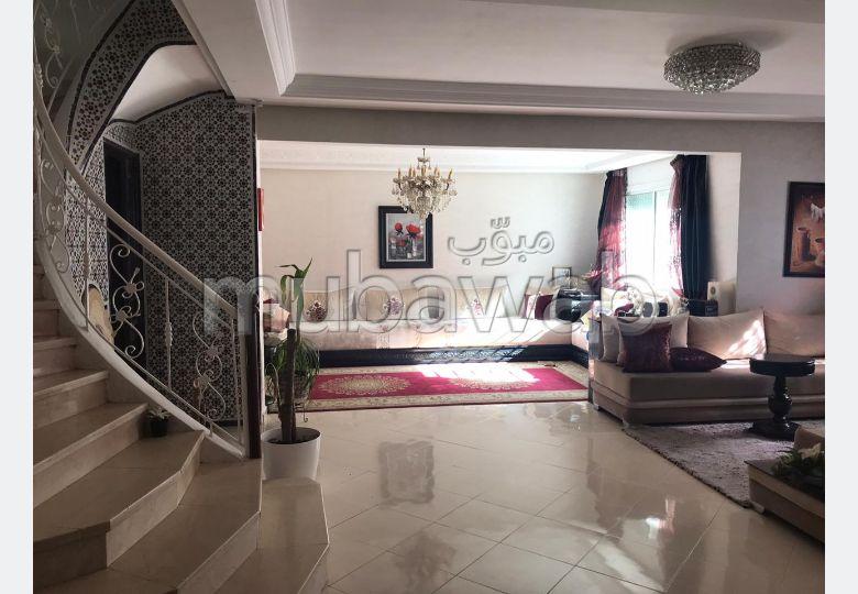 شقة جميلة للبيع بالقنيطرة. 5 غرف ممتازة. مصعد وشرفة.