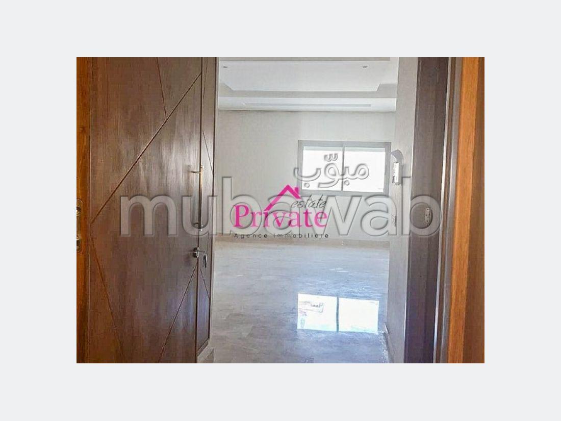 شقة جميلة للبيع بطنجة. المساحة الإجمالية 93.0 م². فرن ميكرويف.