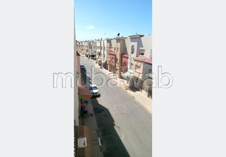 Appartement à vendre à Kénitra. 3 grandes pièces. Salon avec décoration marocaine