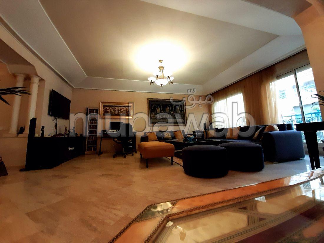 استئجار شقة بالدارالبيضاء. المساحة 240.0 م². تتوفر الإقامة على خدمة الكونسياج ونظام تكييف الهواء.
