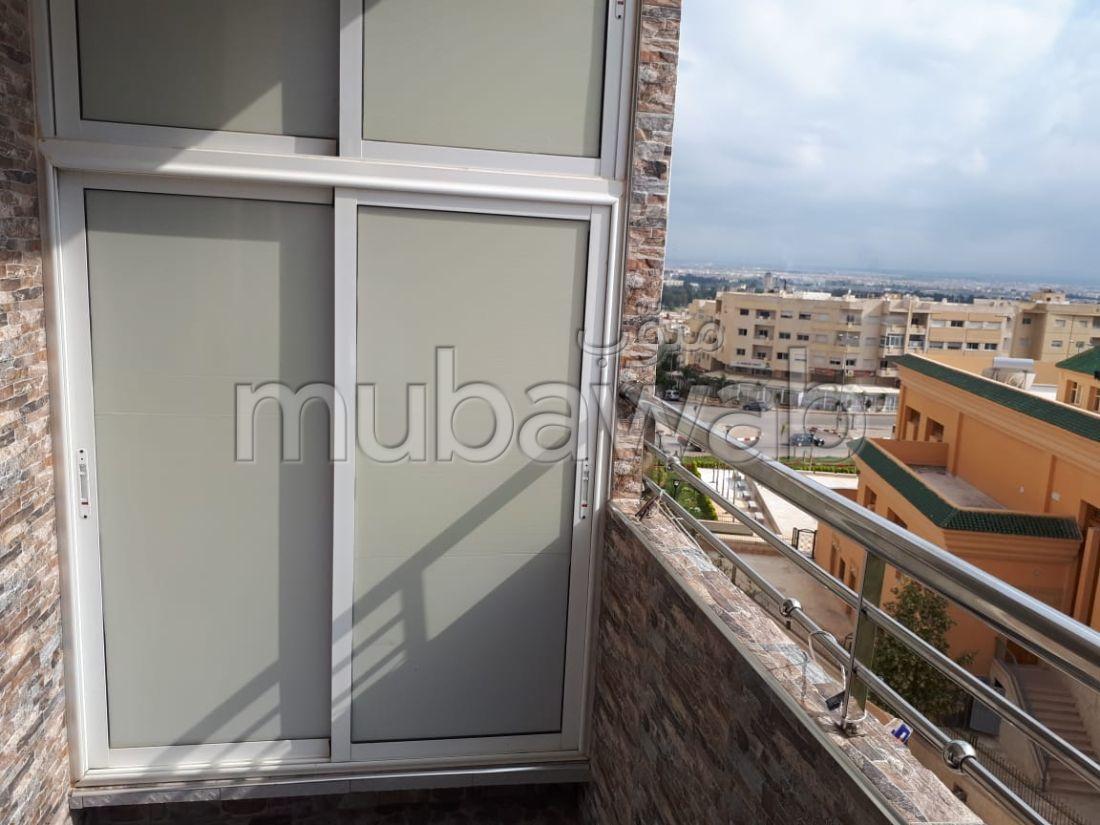 شقة رائعة للبيع بفاس. 3 غرف. باب متين ، طبق الأقمار الصناعية.
