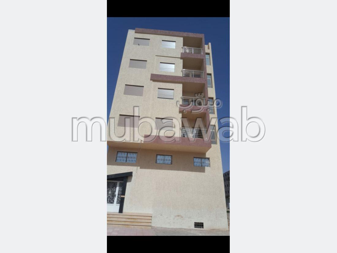 شقة رائعة للبيع بأكادير. 2 غرف جميلة. مع مصعد وشرفة.