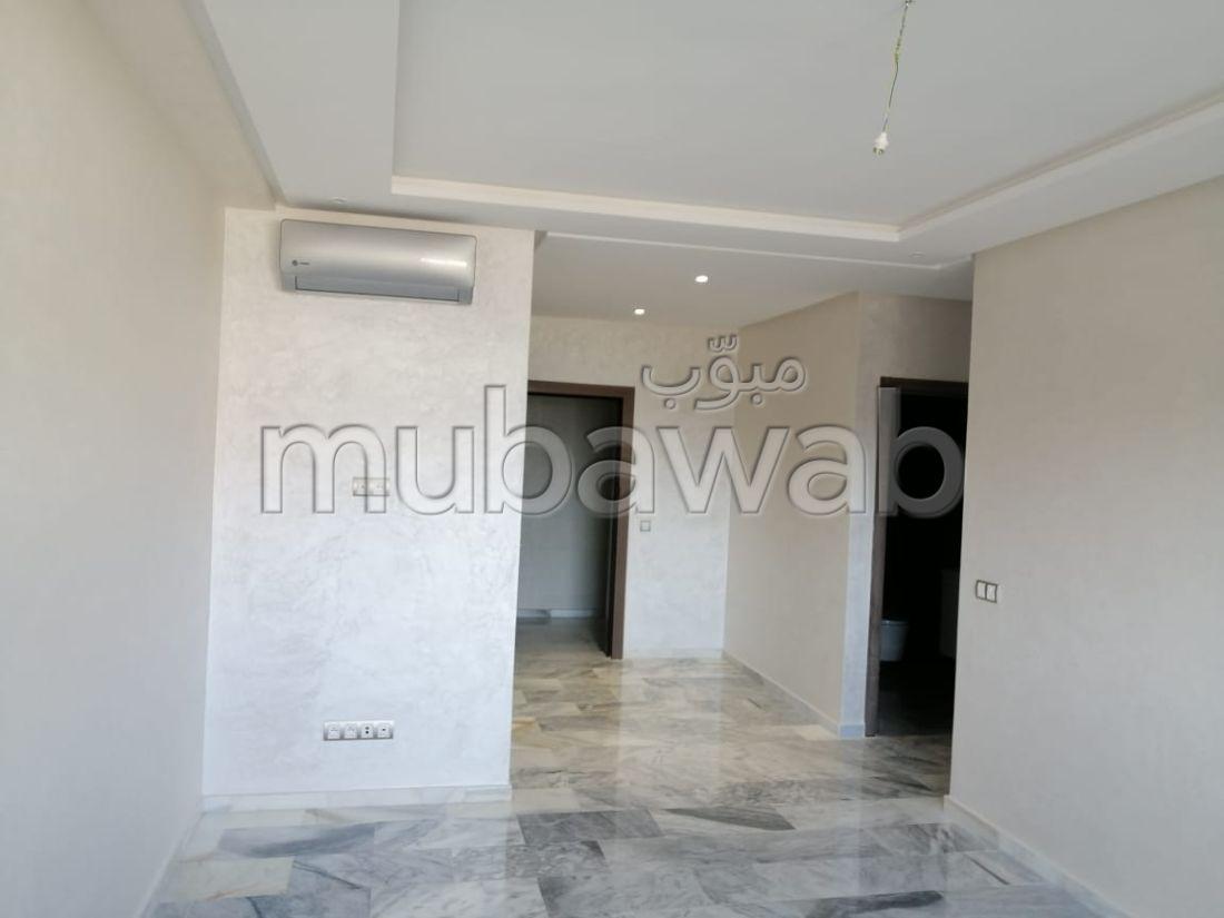 Se alquila este piso. Area 80 m². Residencia con conserje, aire condicionado general.
