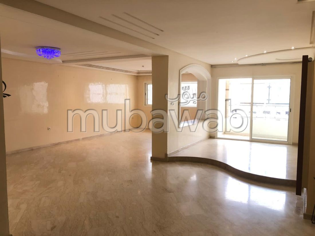 Beautiful apartment for sale. Large area 187 m². Lift and garage.