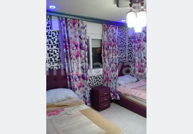 استئجار شقة بطنجة. المساحة الإجمالية 85.0 م². صالون مغربي تقليدي ، إقامة آمنة