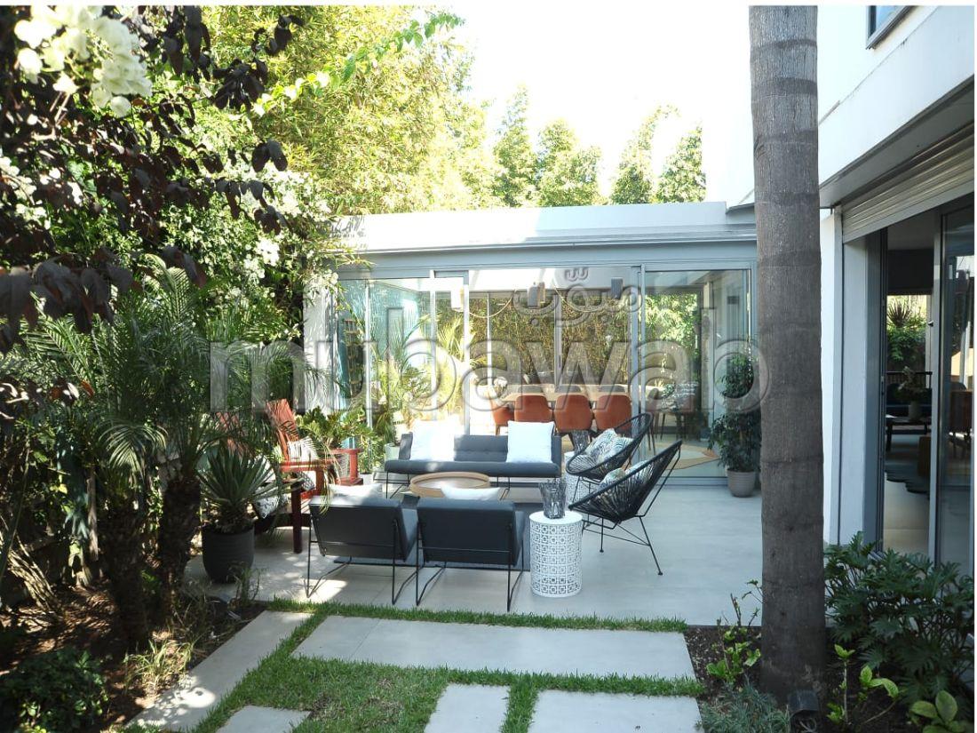 فيلا ممتازة للبيع بالدارالبيضاء. المساحة 500 م². نوافذ زجاجية مزدوجة ومدفئة مركزية.