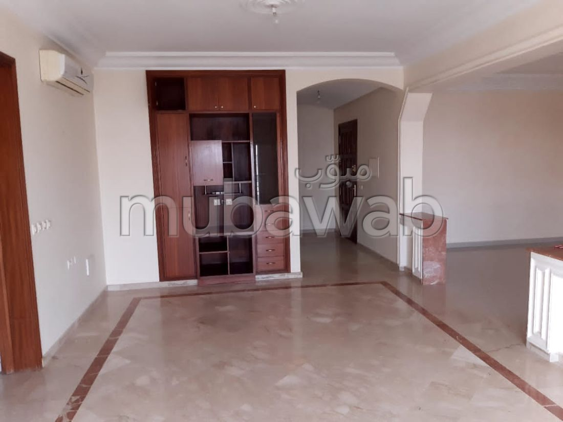 Flat for rent. 3 beautiful rooms. With lift and terrace.