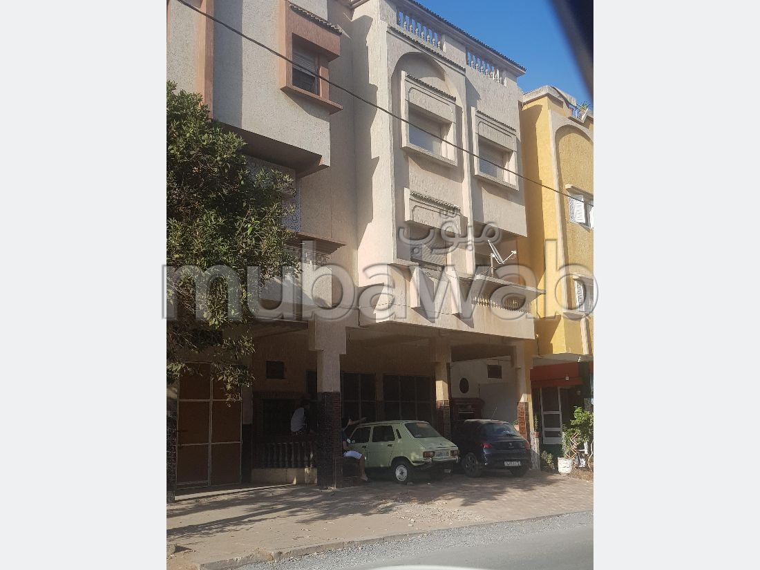House for sale. Area of 95 m². Living room with Moroccan decor, General satellite dish system.