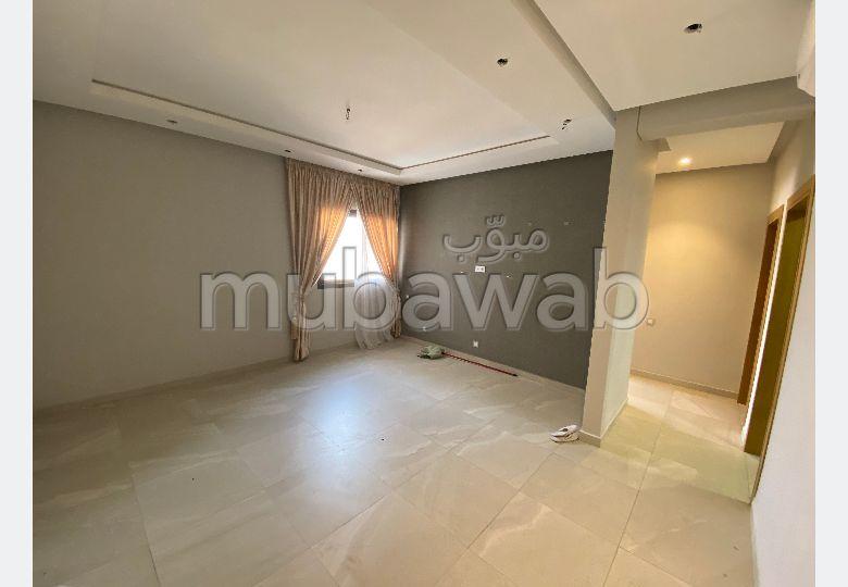 شقة جميلة للكراء بأكادير. المساحة الإجمالية 90 م². المرآب والشرفة.