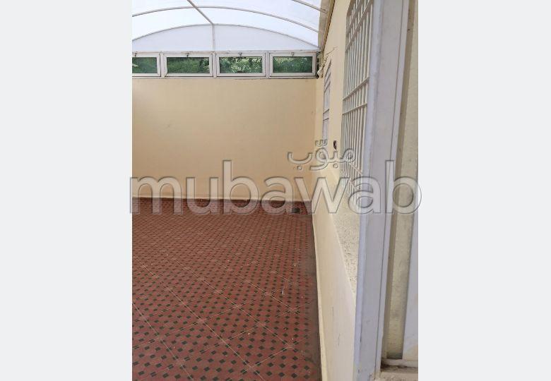 Se vende piso. Área total 160 m². Hermosa terraza.