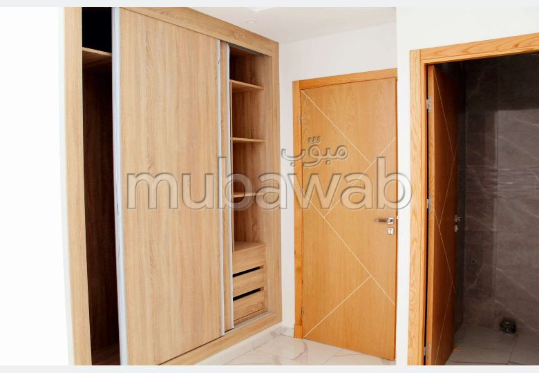 Sell apartment in Moujahidine. 3 lovely rooms. Fitted kitchen.
