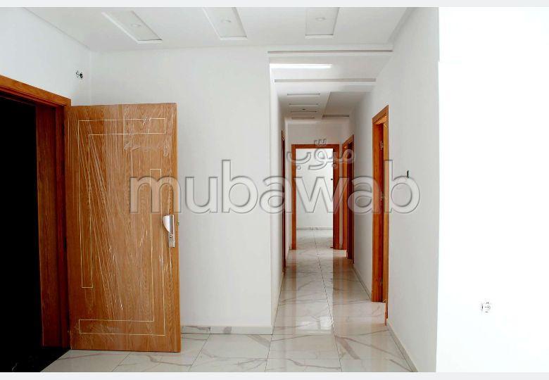 شقة جميلة للبيع ب مجاهدين. 3 غرف رائعة. مصعد متوفر.