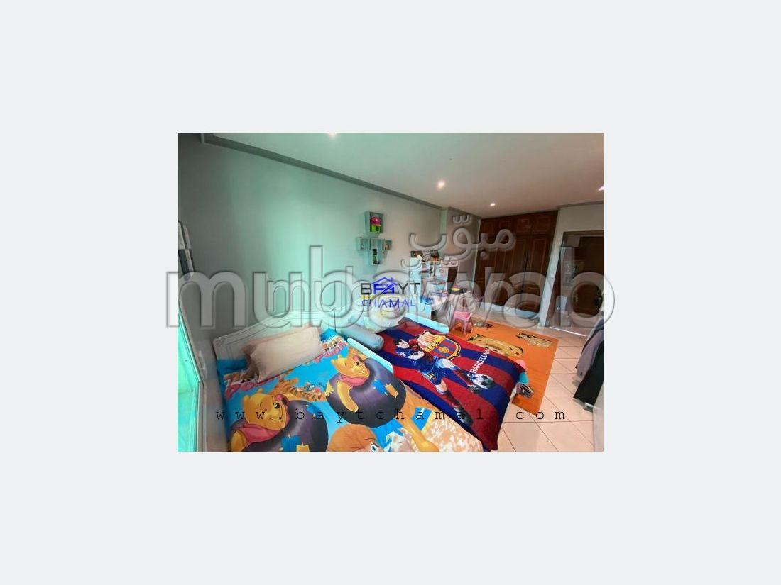 Se vende piso. Superficie de 85 m². Salón marroquí tradicional, residencia segura.
