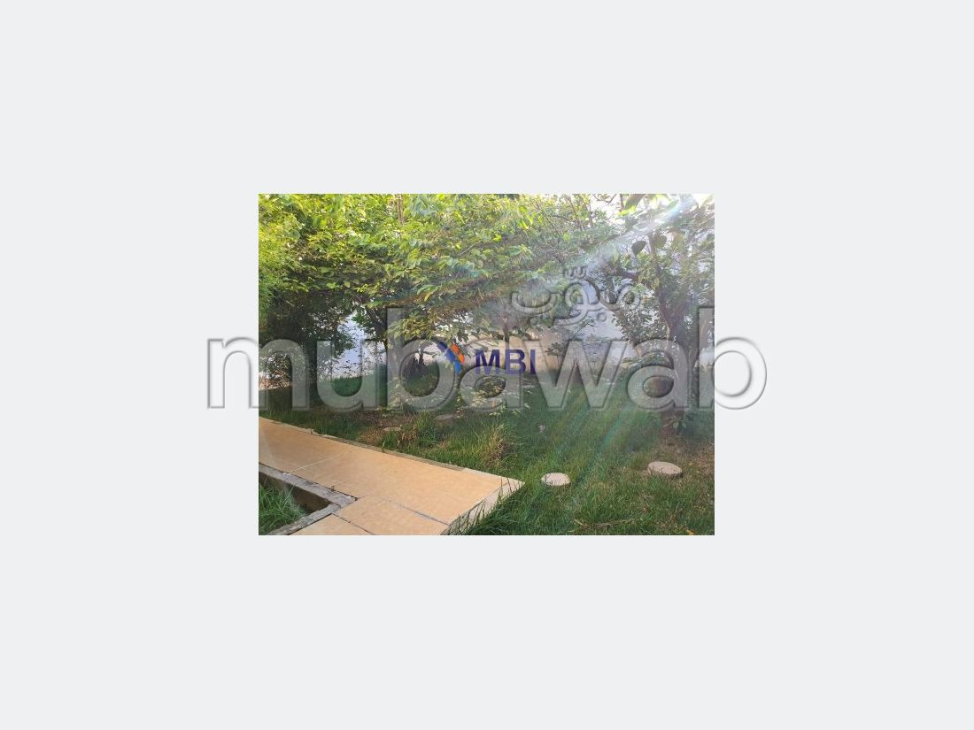 Splendid villa for sale. 5 beautiful rooms. Parking spaces and garden.