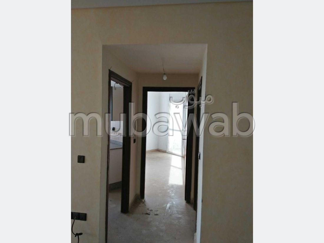 شقة رائعة للبيع بطنجة. 1 غرفة. شرفة ومصعد.
