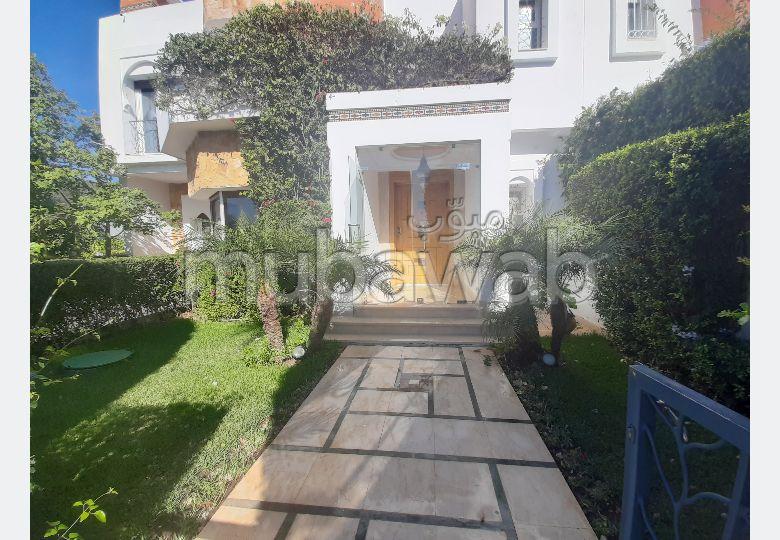 شقة رائعة للبيع بطنجة. 6 قطع رائعة. صالة مغربية تقليدية وباب متين.