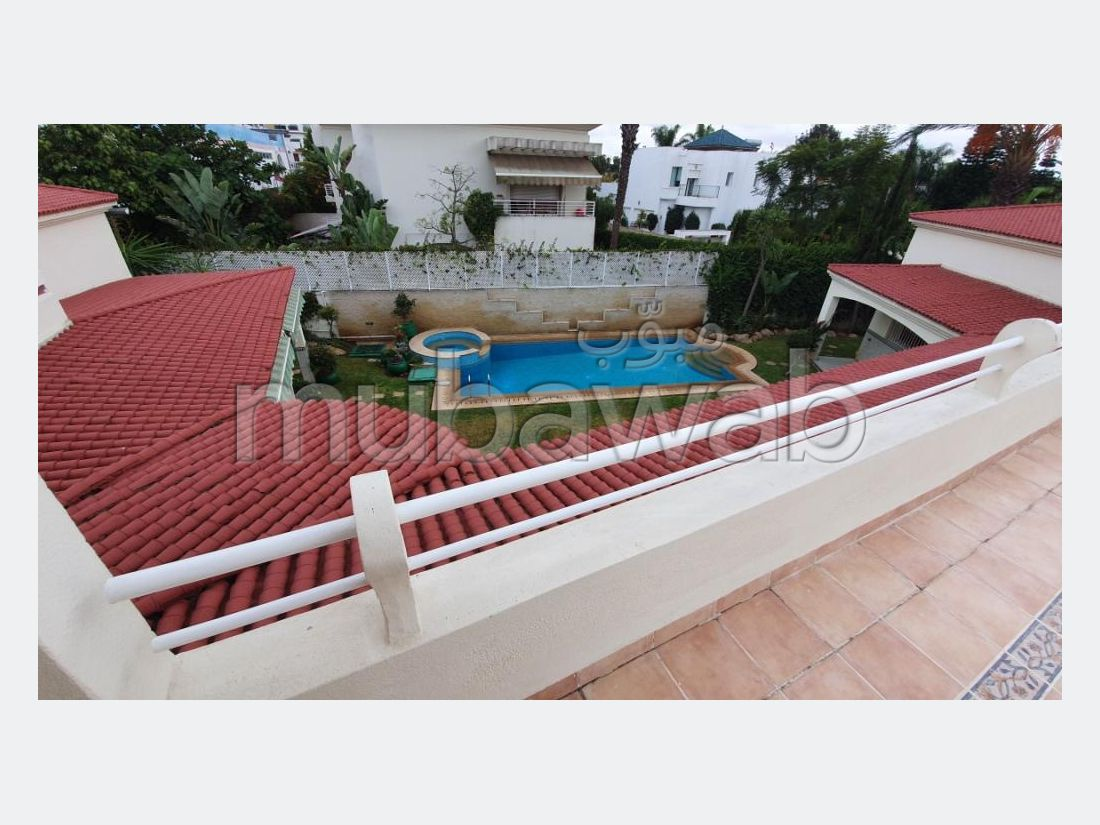 منزل ممتاز للبيع بالدارالبيضاء. المساحة الكلية 874 م². صالة تقليدية ونظام طبق الأقمار الصناعية.