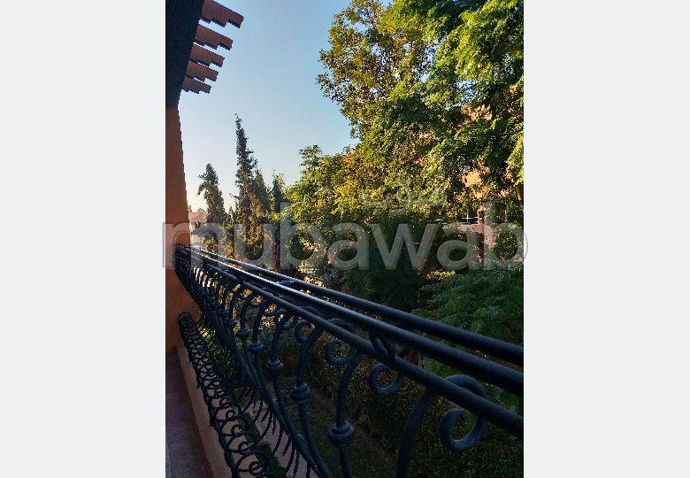 منزل فخم للبيع بمراكش. المساحة 438 م². حديقة وشرفة.