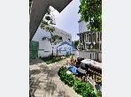 منزل فاخر للإيجار بالرباط. المساحة الكلية 450.0 م². موقف للسيارات وحديقة.