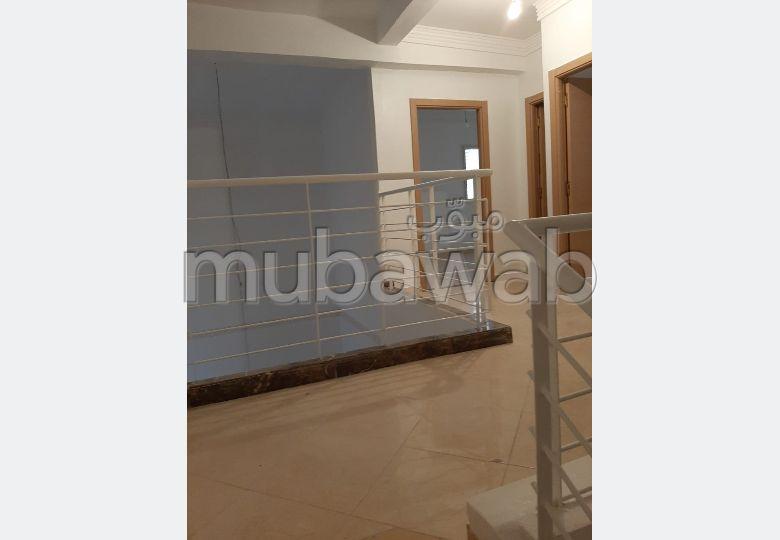 شقة رائعة للبيع بمراكش. 2 غرف جميلة. صالة أصيلة ، طبق الأقمار الصناعية.